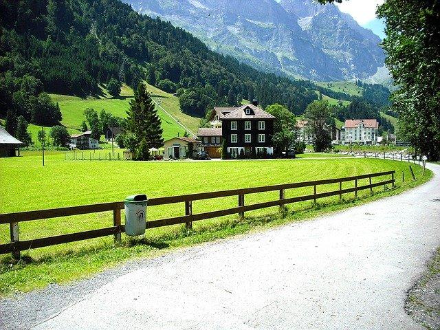 cesta přes vesnici