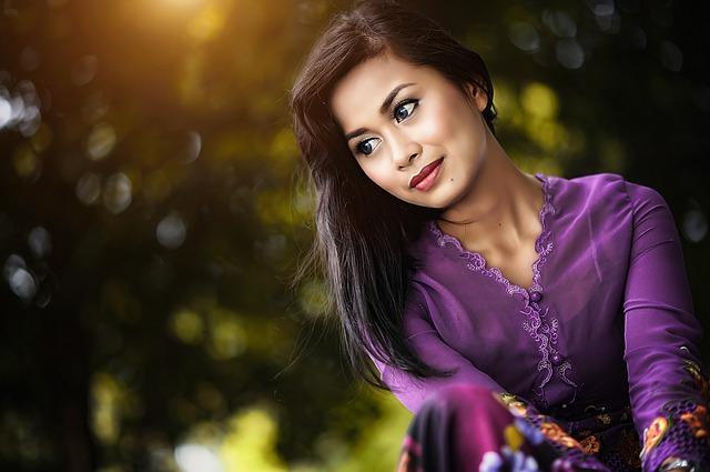 dívka ve fialovém