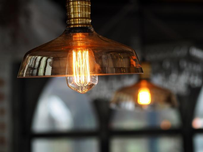 svítící lustr