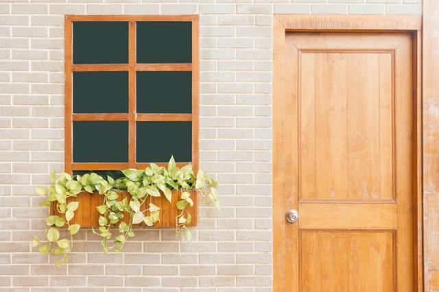okno a vstupní dveře do domku