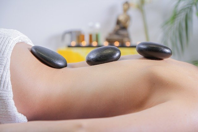 masáž s lávovými kameny