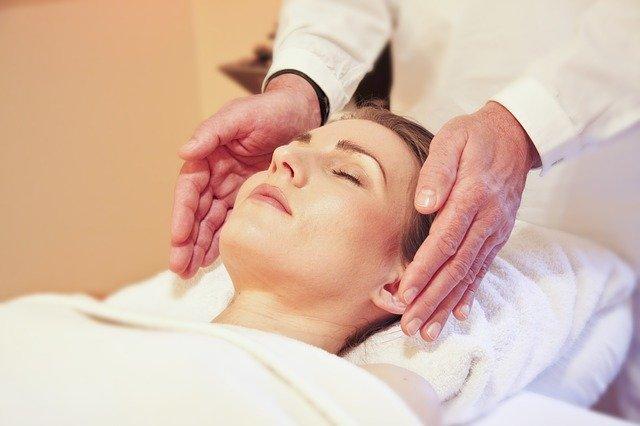 žena v klidu leží při masáži