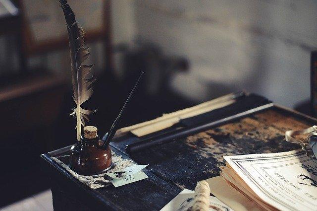 starý kalamář s inkoustem a perem